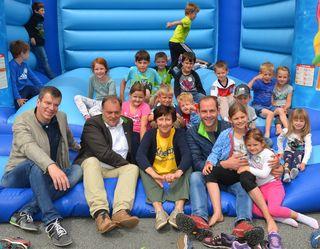 Die Stadtgemeinde Feldkirchen mit Martin Treffner (Zweiter von links) und Herwig Tiffner (rechts) lädt zum Weltkindertag