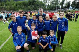 FC Pinzgau Saalfelden gewinnt den Fairnesspokal, im Bild mit Reinfried Herbst