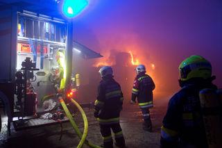 Trotz Polizeiaufgebot hatten die Einsatzkräfte ihre Mühe mit dem Vordringen zum Brandgeschehen.