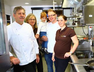 Familie Bauer in der neuen Küche im Gasthaus Bauer –Wirt in Steinbrunn in Schardenberg.