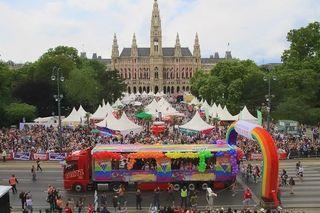 Eine Ringsperre, deren Sinnhaftigkeit wohl niemand anzweifelt: Zur Regenbogenparde versammeln sich alljährlich 100.000 Menschen.