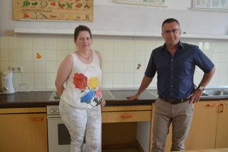Debora Bene-Petle und Dir. Franz Rienesl betonen die Notwendigkeit einer neuen Küche.