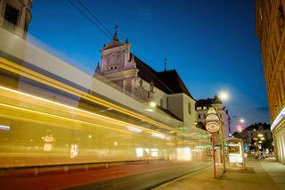 Karmeliterkirche in der Leopoldstadt - Während der Langzeitbelichtung (6 Sekunden) ist die Straßenbahn in die Haltestelle gefahren. Die Herausforderung beim Fotografieren ist, dass während dieser Belichtungszeit die Straßenbahn nicht zum Stillstand kommt.