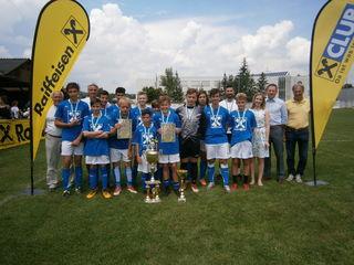 Die erfolgreichen Jungfußballer der  NMS 1 Leibnitz mit ihren Betreuern Toni Gschiel und Stefan Zöhrer.