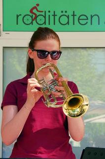 hübsche Musikantin der Gruppe Spitzerbergbrass Prellenkirchen aufgenommen beim vorjährigen Kurkonzert