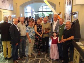 """Bgm. Helmut Leitenberger (l.) eröffnete mit den Protagonisten die Ausstellung """"Grenzlinien"""", die die Geschichte einer durch die neue im Jahr 1918 gezogene Grenze zerrissenen Familie und ihrer Nachbarn zeigt."""