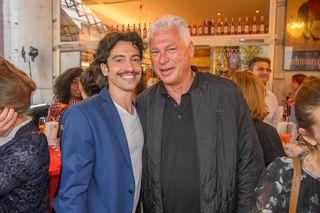 Stießen aufs Jubiläum an: Moderator und Schauspieler Stefano Bernadin und Fußball-Legende Toni Polster.