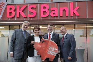 Andreas Berghold, Filialleiter der BKS Gleisdorf, bekam ein Glücksschwein bei der Eröffnungsfeier überreicht.