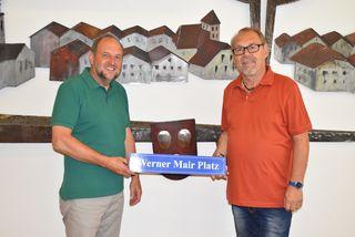 """Das Schild """"Werner Mair Platz"""" bekommt in der Gemeinde ein besonderes Plätzchen –Bgm. Hauser und Werner Mair"""