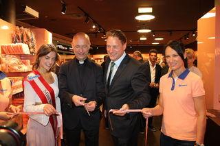 Die aktuelle Miss Bonbon Vada Müller, Dompfarrer Toni Faber und Verkaufsleiter Mathias Walser schnitten zusammen das rosa Band durch und eröffnete so das Geschäft in Wien Mitte.