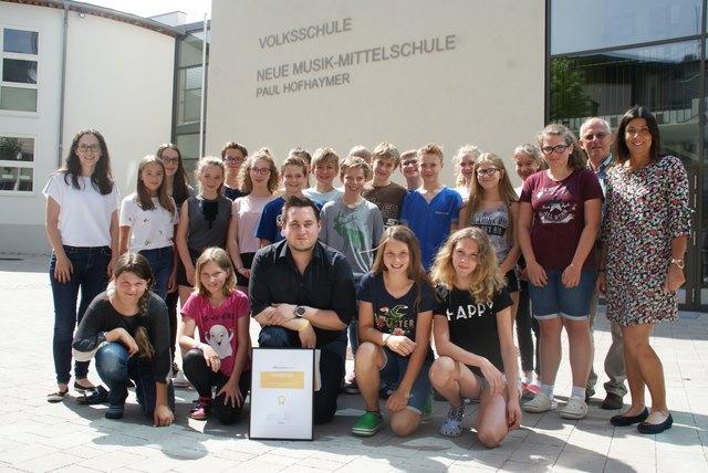 Lehrer Philipp Stangl (vorne Mitte) mit seinen Schülern der 3c-Klasse, Direktorin Ingrid Bogensperger (re.), Gemeindevertreter Simon Kirchgasser (2.v.r.) und Preisverleiherin Verena Robinik (li.)