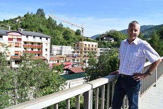 Heimleiter Karl Thurnbichler vor dem Annaheim in Mühlbachl
