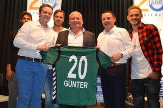 Die SVRler Clemens Walch, Thomas Gahleitner, Thomas Gebauer, Roland Daxl und Marcel Ziegl (v. l.) überreichten Fischer ein SVR-Trikot.