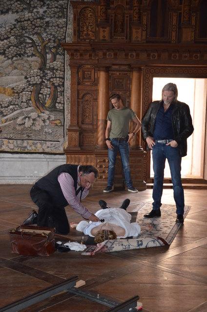 """""""Der Leichenfund"""", eine Szene aus der Serie Soko Donau, die gerade auf Schloß Frondsberg gedreht wird"""