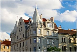 Schirmhof (5, Rechte Wienzeile 131), erbaut 1905 von Rudolf Krauß für Ignaz Kruszynski. Großes späthistoristisches Zinshaus mit burgartigem Akzent; turmartige polygonale Eckerker mit spitzen Hauben, barockisierendes Portal.
