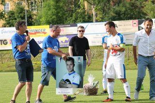 In der Halbzeitpause wurde Martin Pfeifer mit einem Bild zu seinen 300 Treffern geehrt.