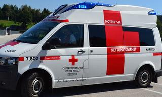 Der Arbeiter wurde mit schweren Verletzungen von der Rettung ins UKH Klagenfurt gebracht