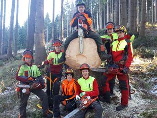 Holz nimmt einen großen Stellenwert im Unterricht ein. Neben der Theorie gibt es auch praktische Einheiten
