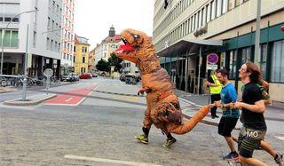 Dinosaurier-Maskottchen am Grazathlon