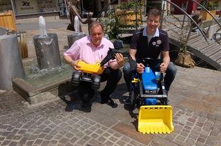 Mit Spielzeug: Martin Treffner (links) und Heinz Breschan