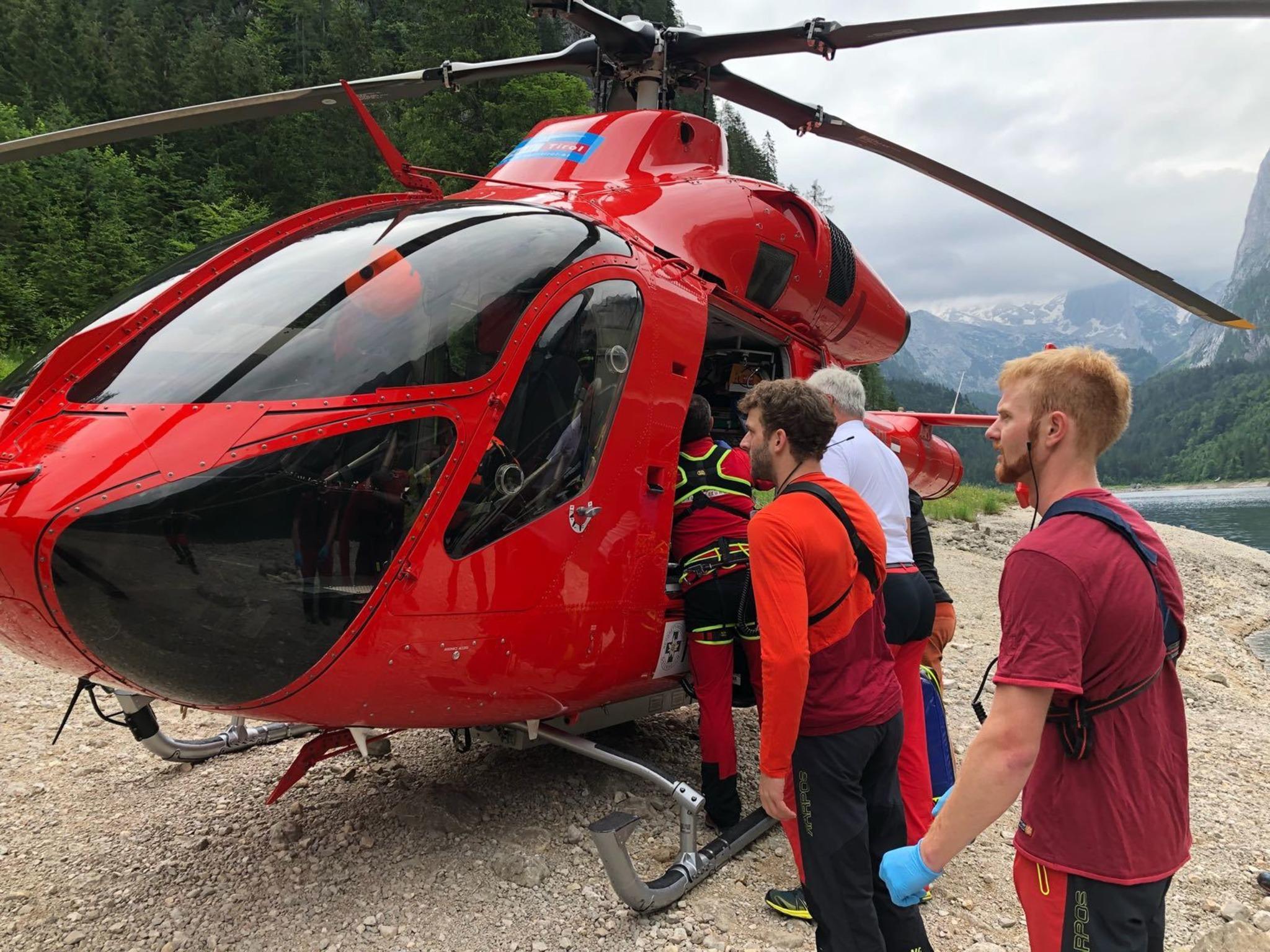 Laserer Alpin Klettersteig : Bergretter beim laserer alpin klettersteig im einsatz salzkammergut