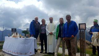 Ludwig Gedicke (Gemeinschaft Stubaier Höhenweg kurz GSH), Martina Ofer (GSH) Pfarrer Josef Scheiring, Mag. Katharina Wolf ( Sektion Innsbruck des ÖAV), Robert Span ( GSH)