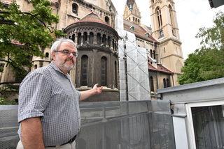 """Pfarrer Johannes Gönner vor der """"Musterachse"""": Die gesamte Fassade müsste saniert werden."""