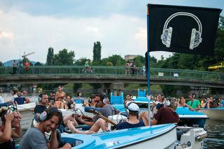 Bei schönem Wetter verwandelt sich die Obere Alte Donau in eine Silent Disco, die man im Boot genießen kann.