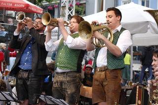 Auftritt der Wüdara Musi auf der Zwiefach-Bühne am Stadtplatz Regen