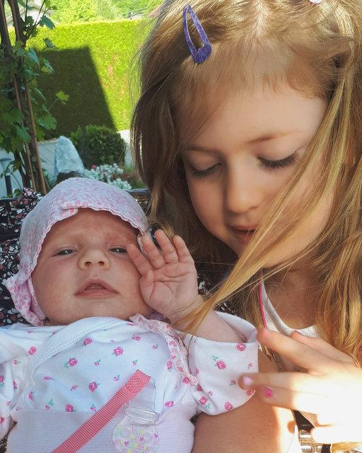 Wahre Geschwister-Liebe: Maike wacht über ihre kleine Schwester Marlen. Schon bald werden sie gemeinsam herumtoben