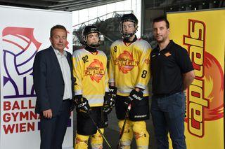 Werner Scharf, Direktor des Ballsportgymnasiums, Schüler der Vienna Capitals Hockey Academy und Peter Schweda, Akademieleiter der Vienna Capitals Hockey Academy