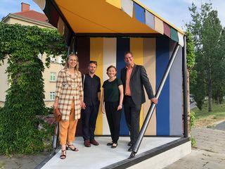 Kunsthistorikerin Cornelia Lauf, Künslter Manuel Gorkiewicz, KÖR-Geschäftsführerin Martina Taig und Bezirksvorsteher Georg Papai bei der Eröffnung der Piazza.