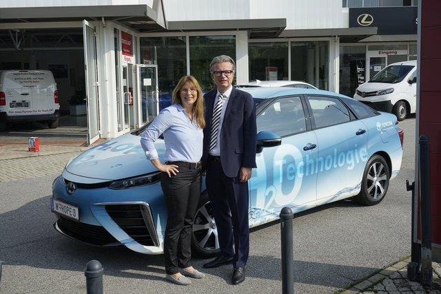 Emissionsfrei unterwegs auf den Grazer Straßen: Landesrat Chr. Drexler (r.) und E. Steiner-Gady sind vom Toyota begeistert.