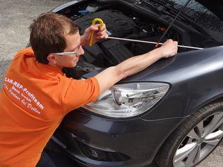 Dellenentfernung durch Ausbeultechnik ermöglicht eine Reparatur, ohne das Auto lackieren zu müssen, und dient auch der Werterhaltung des Fahrzeugs.