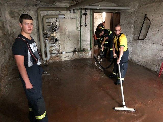 Die Freiwillige Feuerwehr Neunkirchen bei Aufräumarbeiten im Bezirk.
