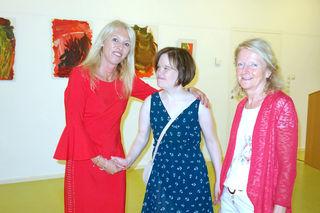 Silvia Happacher, Elisabeth Djukic und die Künstlerin Christiane Gwiggner bei der Ausstellung.