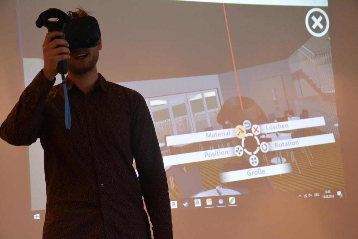 Mittels Brille und Steuerungen können die Planer Rundgänge im virtuellen Haus machen und diverse Details verändern, etwa den Bodenbelag.