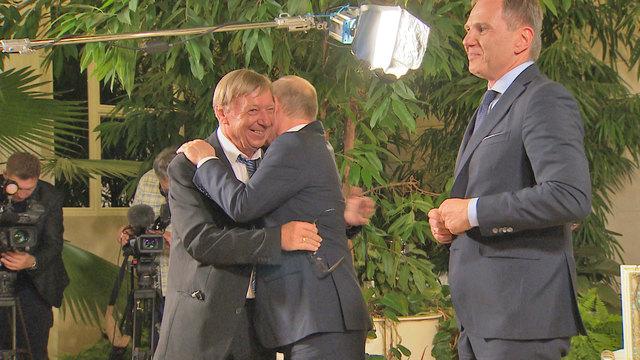 Herzliche Umarmung beim Wiedersehen zwischen Robert Reinprecht und Wladimir Putin. Rechts im Bild: Armin Wolf.