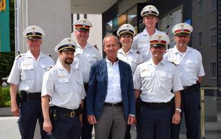 Bürgermeister Herbert Brunsteiner mit dem Team der Stadtpolizei Vöcklabruck unter Gerald Klement.