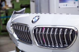 Namhafte Automobilhersteller wie BMW lassen ihre Embleme und Schriftzüge bei Ulbrichts Witwe produzieren.