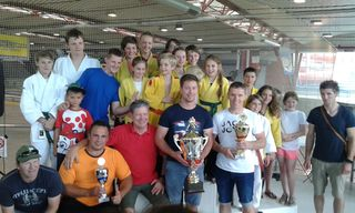Die erfolgreichen Judoka der Judo Union Pinzgau mit Betreuerstab rund um Obmann Rupert Rupert.