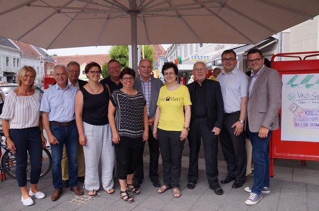 Vinzimarkt-Obfrau Christine Koller und Pfarrer Wolfgang Pucher inmitten der Ehrengäste bei der Jubiläumsfeier.