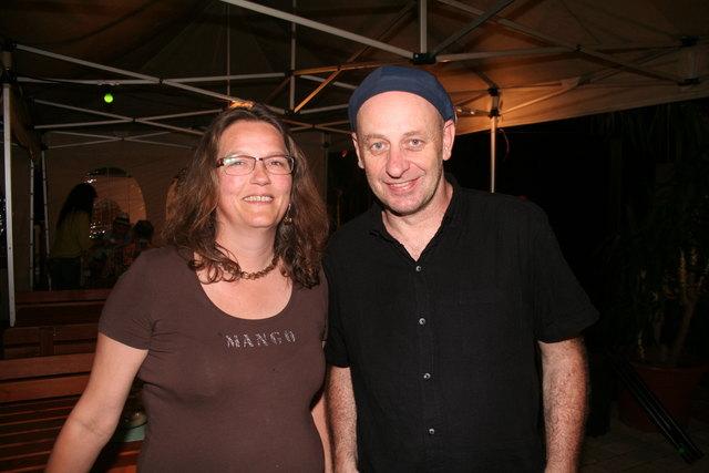 Kabarettist, Maler und Liedermacher Alf Poier mit Fan Christiane Bayer
