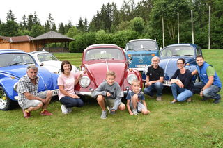 VW-Käfer Fans unter sich: Berhard Stingl, Claudia Amtmann, Felix und Elias, Günter Wernig, Agnes Hernler und Rupert Ofer (v.li.)