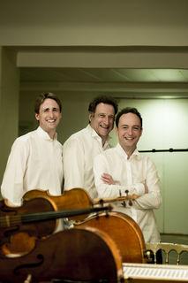 Das Ensemble gehört zu den weltweit führenden Klaviertrios und ist auf den wichtigsten internationalen Konzertbühnen zu Gast.