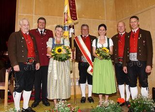 Klaus Baumann (1.v.l.) und Christian Mair (1.v.r.) wurden für 40-jährige Mitgliedschaft beim Konzert geehrt.