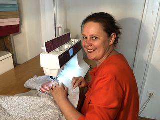 Ulrike Eckersdorfer beim Annähen einer Applikation an einem Geschirrtuch. Ihre Werkstatt befindet sich hinter dem Geschäftsraum in der Kettenbrückengasse 6.