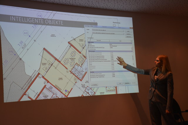 Baumeisterin Adriane Gasteiger (AGA-Bau) zeigt den Datensatz einer Tür im Plan des Kindergartens.