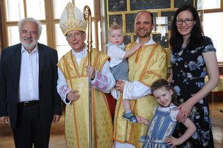 Andreas Schultheis mit Familie bei der Weihe zum Ständigen Diakon in Melk.