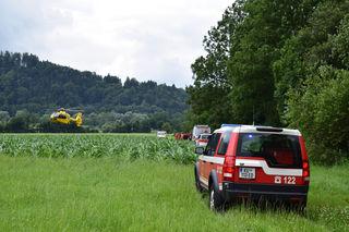 Notarzthubschrauber, Feuerwehr und Rettungsdienst am Unglücksort.